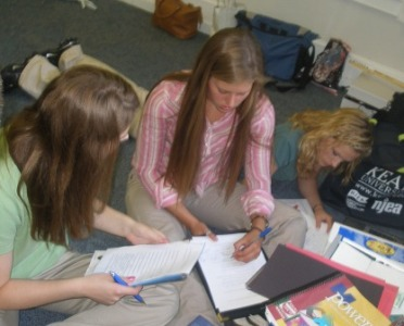picture of 08-09 state officers at SOLT reading materials and brainstorming ideas
