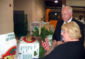 Photo of Susan Kelly and Secretary Kuperus looking at fresh produce - Click to enlarge