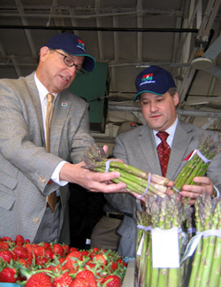 Photo of Secretary Fisher and Jeff Zeiger looking at asparagus