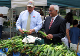 Photo of Secretary Kuperus and Mayor John Thoms at the Farmers Market - Click to enlarge