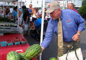Photo of Secretary Kuperus at Ocean City Farmers Market - Click to enlarge